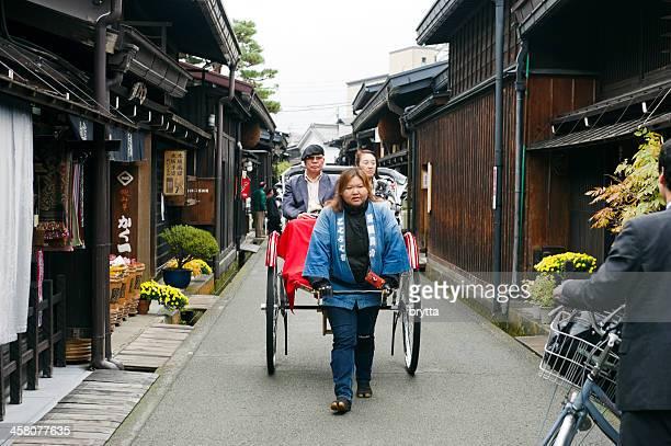 伝統的な日本の人力車の歴史ある高山の中心地、日本