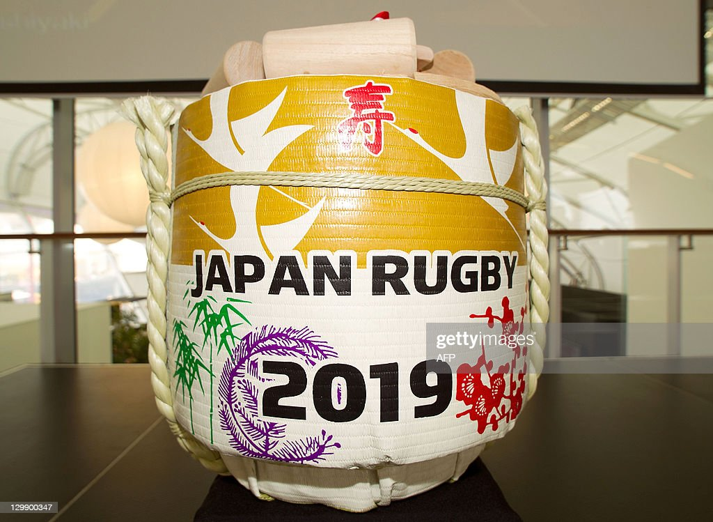A traditional Japanese sake barrel is pi : News Photo
