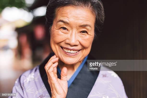 伝統的な日本の年配の女性