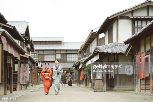 伝統的な日本の村、江戸時代、通りを歩いて住民 - edo period ストックフォトと画像