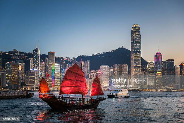 traditional junk boat at dusk - hong kong stock pictures, royalty-free photos & images