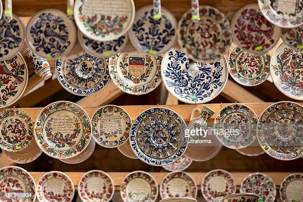 Tradicional Korond (Corund) estilo cerámica en un mercado en Transilvania