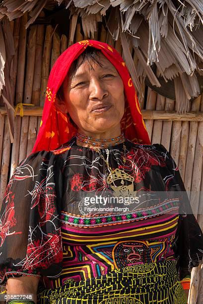 kuna tradicionales de india mujer tribal - mola kuna fotografías e imágenes de stock