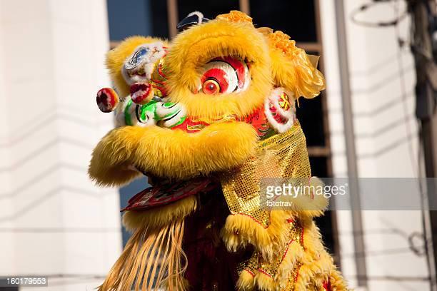 Traditionellen Löwentanz mit zu tanzen während des Chinesischen Neujahrsfests
