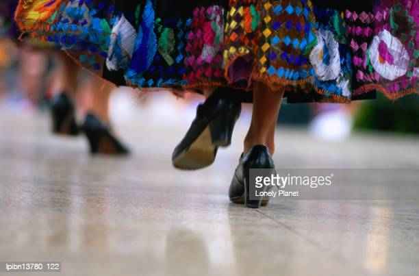 traditional mexican dancing during celebrations for cinco de mayo or '5th of may' on olvera street., los angeles, california, united states of america, north america - cinco de mayo fotografías e imágenes de stock