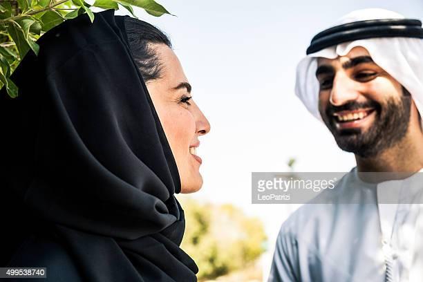Traditionnel du Moyen-Orient en couple marchant en plein air de Dubaï