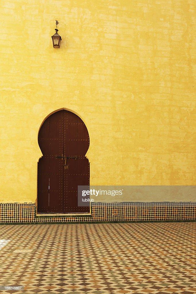 Puerta interior tradicional de Marruecos en el mausoleo de Moulay Ismail : Foto de stock