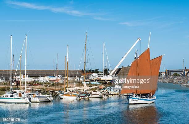 traditional old sailboat, noirmoutier port - noirmoutier photos et images de collection