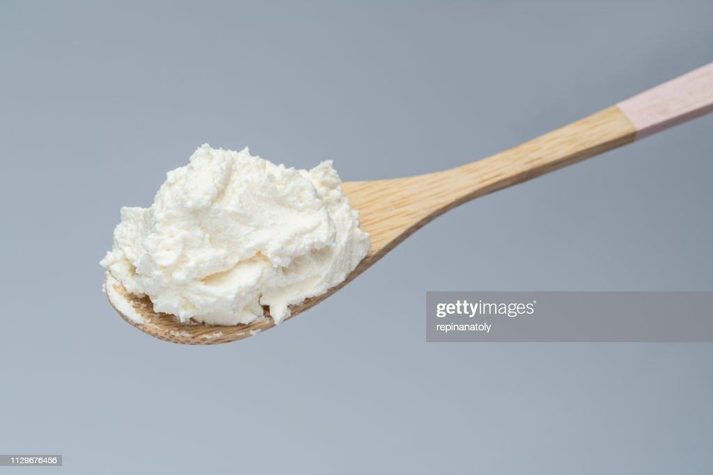 木のスプーンで伝統的な有機マスカルポーネ チーズ : ストックフォト