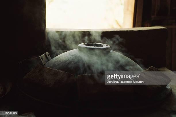 traditional oven smoking - 蓋 ストックフォトと画像