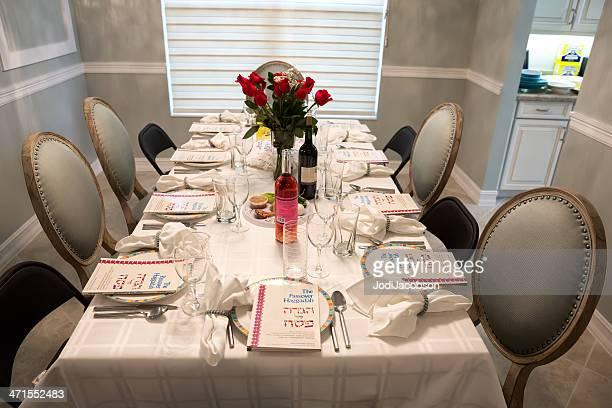 Tradicional Pesach Seder tabela com Haggadah