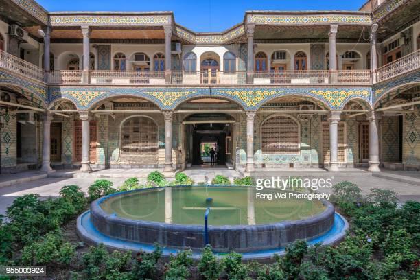 traditional persian courtyard, grand bazaar, isfahan, iran - エスファハーン グランドバザール ストックフォトと画像
