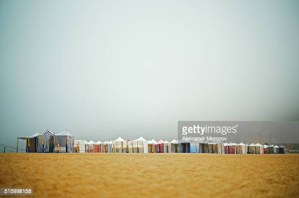 traditional portuguese beach tents in the morning mist - leiria photos et images de collection