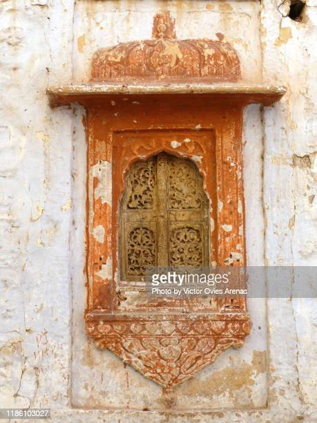 traditional rajasthani painted wooden window of the old town in the fort area of jaisalmer, rajasthan, india - victor ovies fotografías e imágenes de stock