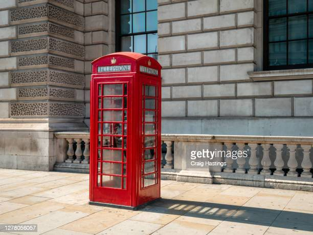 traditional red phone box, london, uk - angleterre photos et images de collection