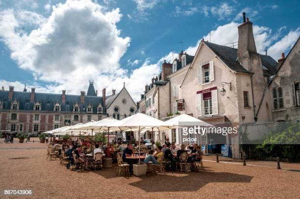 traditionelles restaurant in blois, paris, frankreich - terrassenfeld stock-fotos und bilder