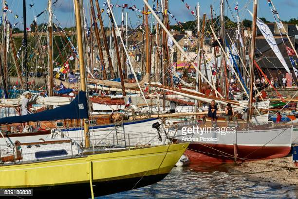traditional sailboats in cancale, france - cancale photos et images de collection