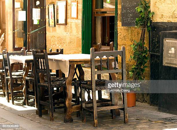 traditional seating al fresco set for dinner - lyn holly coorg stock pictures, royalty-free photos & images