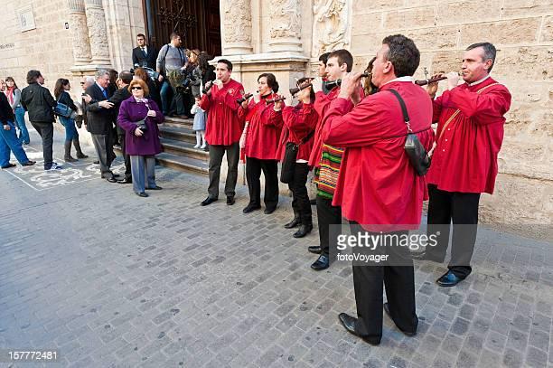 traditionelle schalmeien band spielt valencia, spanien - oboe stock-fotos und bilder