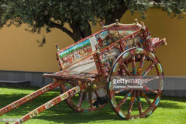 traditional sicilian cart - sicilia foto e immagini stock