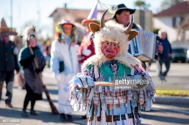 traditionelle slowenische karneval in sempeter pri gorici - slowenien stock-fotos und bilder
