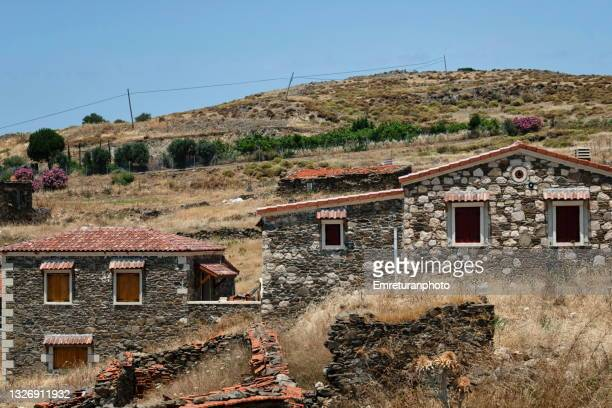 traditional stone walled houses in salman village on a sunny day. - emreturanphoto stock-fotos und bilder