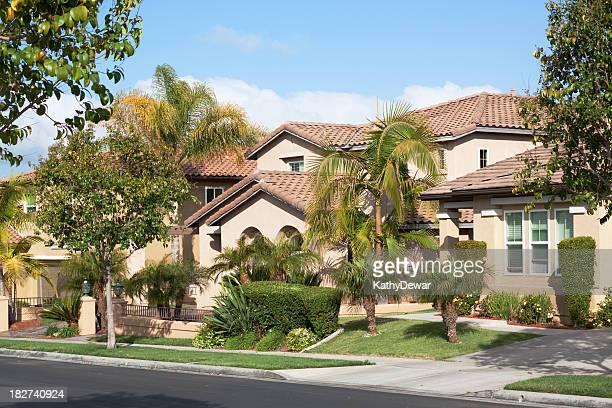 quartiere stucco casa esterno e blu cielo - california meridionale foto e immagini stock