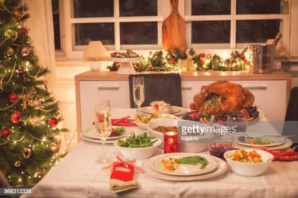 Traditionelle gefüllte Weihnachtsgans mit Beilagen