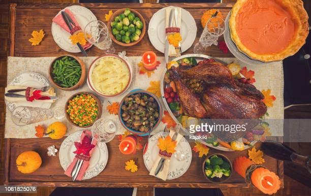dinde farcie traditionnelle avec des plats d'accompagnement pour le jour de thanksgiving - accompagnement photos et images de collection