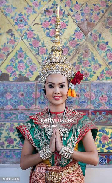 traditional thai dancer, arun temple, thailand - hugh sitton 個照片及圖片檔
