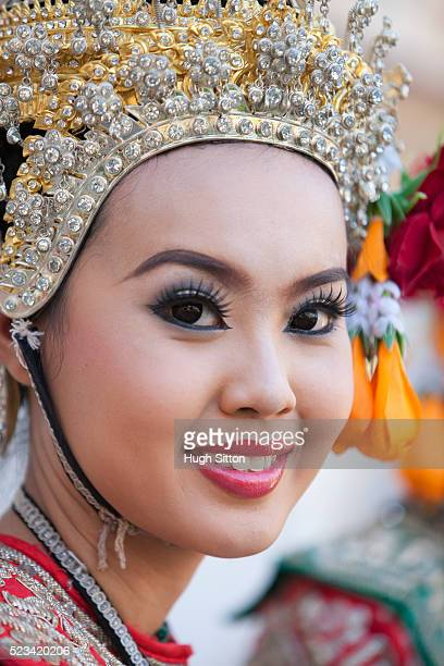 traditional thai dancer, arun temple, thailand - hugh sitton stock pictures, royalty-free photos & images