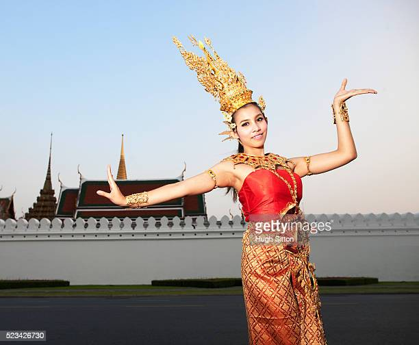 traditional thai dancer, standing in front of the grand palace, bangkok. thailand - hugh sitton stockfoto's en -beelden