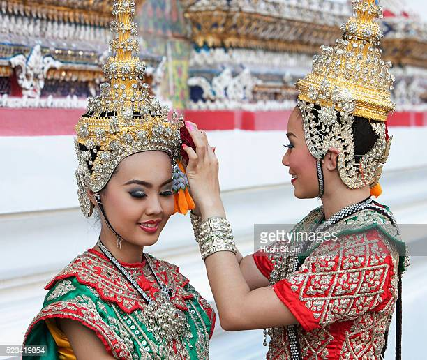 traditional thai dancers in front of the temple of arun, bangkok, thailand - hugh sitton stockfoto's en -beelden