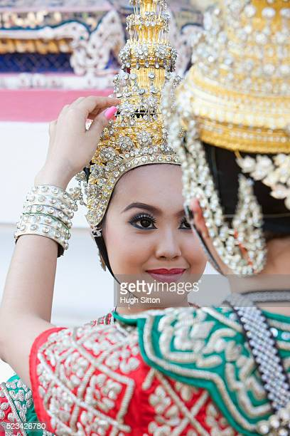 traditional thai dancers in front of the temple of arun, bangkok, thailand - hugh sitton stock-fotos und bilder