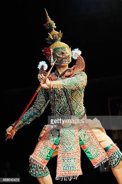 guerriero tradizionale thailandese di ballo, festival songkran (xxxl - buddismo foto e immagini stock