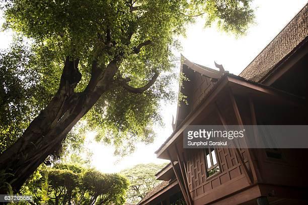 traditional thai wooden house - mezzanine photos et images de collection
