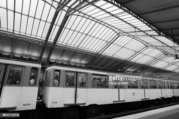 traditional étoile nation metro station in paris - paris noir et blanc photos et images de collection