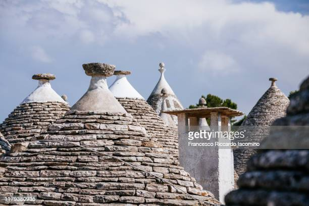 traditional trulli style houses with stone roofs in apulia, italy - iacomino italy foto e immagini stock