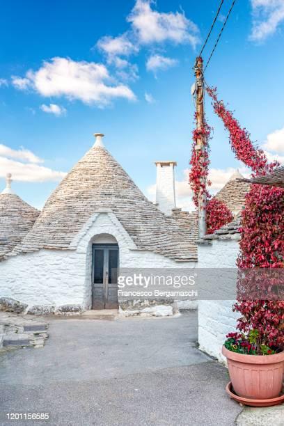 traditional trullo house. - italia stockfoto's en -beelden