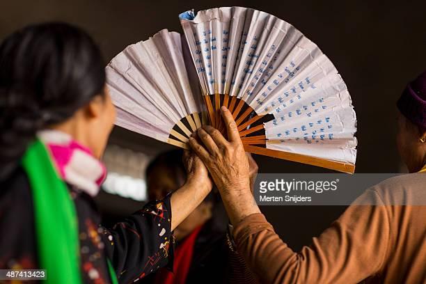 traditional vietnamese fan dance act - merten snijders imagens e fotografias de stock