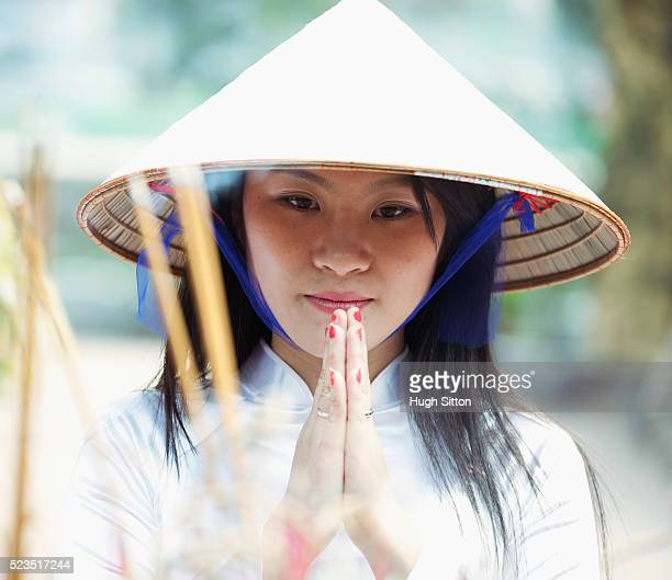traditional vietnamese woman, praying at temple. - hugh sitton stock-fotos und bilder