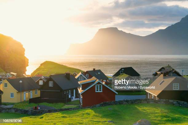traditional village of gjogv, faroe islands - islas faroe fotografías e imágenes de stock