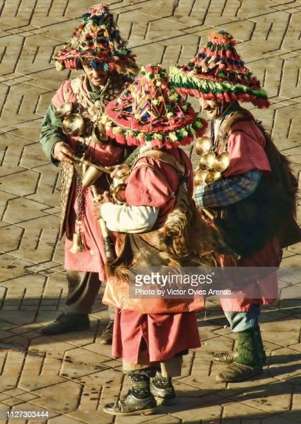 traditional water sellers in jemaa el-fnaa square in marrakech, morocco - victor ovies fotografías e imágenes de stock