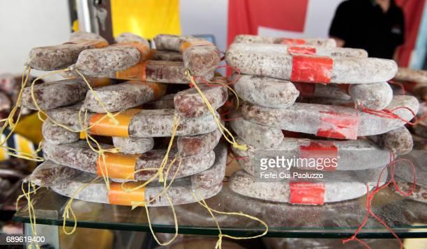 traditional way made swiss salami - gerookte worst stockfoto's en -beelden