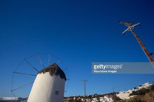 traditionele windmolen in mykonos town, griekenland - ver a hora stockfoto's en -beelden