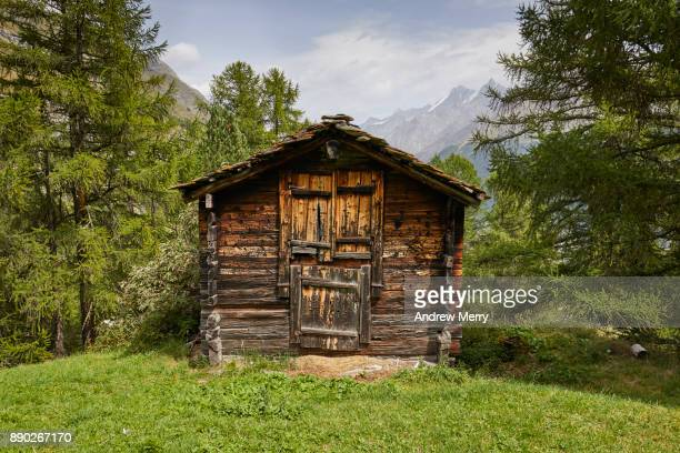 traditional wooden barn or hut in the mountains above zermatt, switzerland, swiss alps - cabaña fotografías e imágenes de stock
