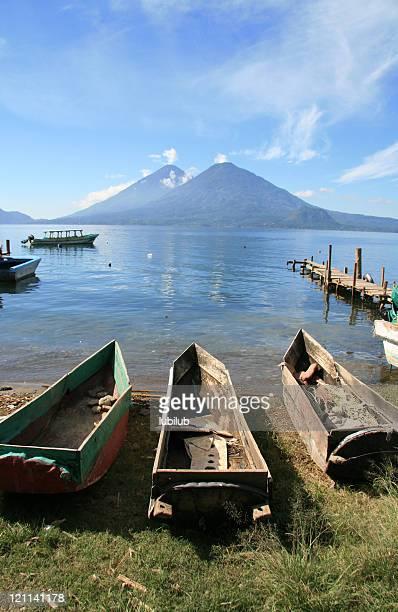 Bateaux traditionnels en bois près du Lac Atitlan en ville Panajachel, Guatemala