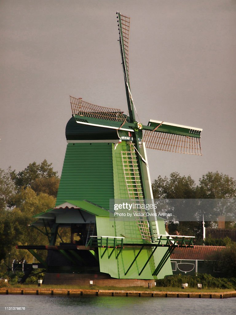 Traditional wooden windmill and house in Zaanse Schans, Netherlands : Foto de stock