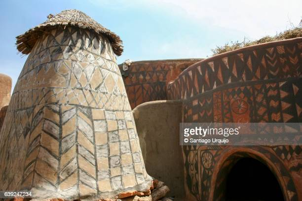 traditionally decorated mud houses of tiebele - ブルキナファソ ストックフォトと画像