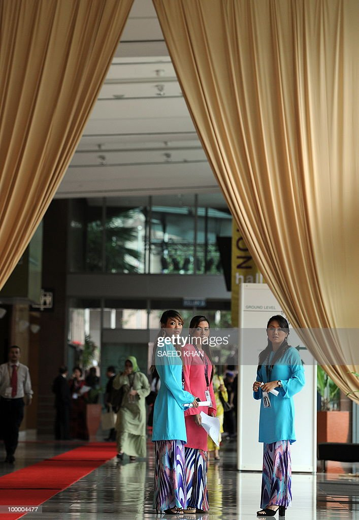 Traditionally dressed Malaysian hostesses wait to receive Britain's Prince Andrew at the 6th World Islamic Economic Forum in Kuala Lumpur on May 20, 2010. Malaysia urged Muslim countries to lead the way in advocating the Islamic finance sector, saying it expects the 'positive trends' for the burgeoning industry to continue. AFP PHOTO/Saeed Khan